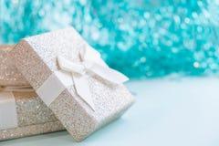 Contenitore di regalo con il nastro bianco su fondo rosa Regalo ed agrifoglio Stile d'avanguardia di disposizione piana Fotografia Stock