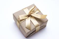 Contenitore di regalo con il nastro dell'oro Fotografie Stock