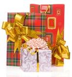 Contenitore di regalo con il nastro dell'oro su bianco Immagine Stock Libera da Diritti