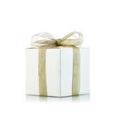 Contenitore di regalo con il nastro dorato su fondo bianco Fotografie Stock