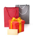 Contenitore di regalo con il nastro e il teg Immagini Stock