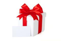 Contenitore di regalo con il nastro e il teg rossi Fotografie Stock Libere da Diritti
