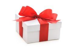 Contenitore di regalo con il nastro e l'arco rossi Fotografie Stock Libere da Diritti