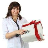 Contenitore di regalo con il nastro e la donna rossi Fotografia Stock