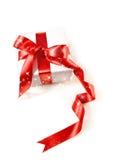 Contenitore di regalo con il nastro rosso del raso Fotografia Stock Libera da Diritti