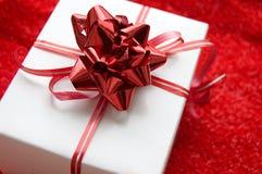 Contenitore di regalo con il nastro rosso del raso Immagine Stock