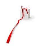 Contenitore di regalo con il nastro rosso (fuoco all'estremità del nastro) Fotografia Stock
