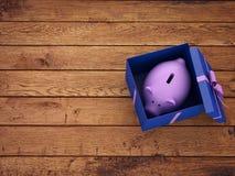 Contenitore di regalo con il porcellino salvadanaio Fotografia Stock Libera da Diritti