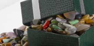 Contenitore di regalo con il primo piano semiprezioso delle pietre Fotografie Stock