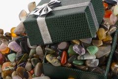 Contenitore di regalo con il primo piano semiprezioso delle pietre Immagini Stock Libere da Diritti