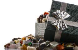 Contenitore di regalo con il primo piano semiprezioso delle pietre Fotografia Stock