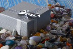 Contenitore di regalo con il primo piano semiprezioso delle pietre Fotografie Stock Libere da Diritti