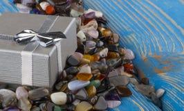 Contenitore di regalo con il primo piano semiprezioso delle pietre Fotografia Stock Libera da Diritti
