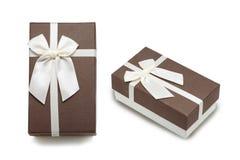 Contenitore di regalo con l'arco bianco del nastro Fotografie Stock