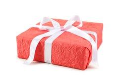 Contenitore di regalo con l'arco bianco isolato su un bianco Fotografia Stock