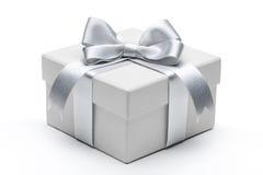 Contenitore di regalo con l'arco d'argento del nastro Fotografia Stock