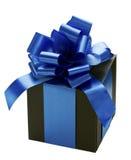 Contenitore di regalo con l'arco del nastro blu su bianco Fotografia Stock Libera da Diritti