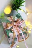 Contenitore di regalo con l'arco del nastro e la decorazione della perla fotografia stock