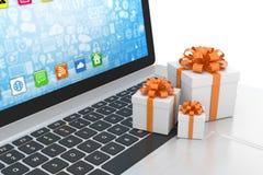 Contenitore di regalo con l'arco del nastro sul computer portatile Fotografie Stock Libere da Diritti