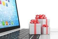 Contenitore di regalo con l'arco del nastro sul computer portatile Fotografia Stock Libera da Diritti