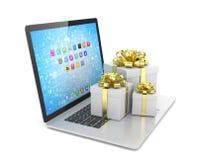 Contenitore di regalo con l'arco del nastro sul computer portatile Fotografia Stock