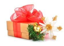 Contenitore di regalo con l'arco della maglia, il fiocco di neve di natale ed il ramoscello rossi del pino Immagine Stock Libera da Diritti