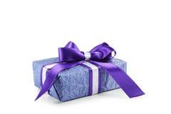 Contenitore di regalo con l'arco porpora isolato su fondo bianco Immagini Stock