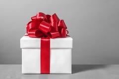 Contenitore di regalo con l'arco rosso del nastro Immagine Stock Libera da Diritti