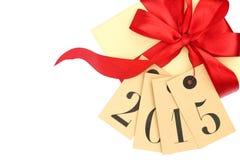 Contenitore di regalo con l'arco rosso ed etichette con il nuovo anno 2015 Immagine Stock