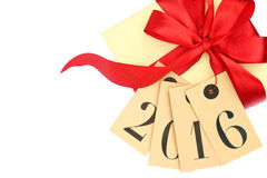 Contenitore di regalo con l'arco rosso ed etichette con il nuovo anno 2016 Immagini Stock