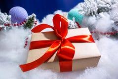 Contenitore di regalo con l'arco rosso ed il fondo blu immagini stock