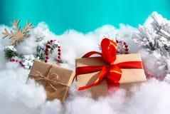 Contenitore di regalo con l'arco rosso ed il fondo verde immagini stock