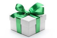 Contenitore di regalo con l'arco verde del nastro Fotografia Stock