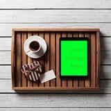 Contenitore di regalo con l'etichetta, la tazza di caffè e la compressa in bianco Immagine Stock