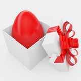 Contenitore di regalo con l'uovo di colore rosso di Pasqua Immagine Stock