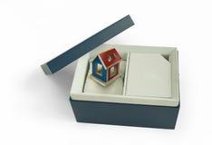 Contenitore di regalo con la casa all'interno Fotografia Stock Libera da Diritti