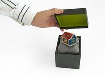Contenitore di regalo con la casa all'interno Fotografia Stock