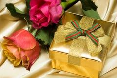 Contenitore di regalo con le rose immagine stock