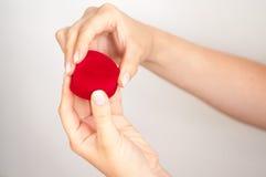 Contenitore di regalo con un anello a disposizione Immagini Stock Libere da Diritti