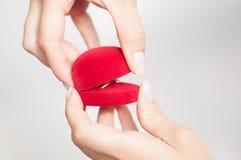 Contenitore di regalo con un anello a disposizione Fotografia Stock