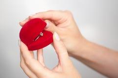 Contenitore di regalo con un anello a disposizione Immagine Stock Libera da Diritti