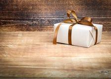 Contenitore di regalo con un arco Fotografie Stock