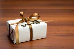 Contenitore di regalo con un arco Immagine Stock