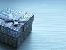 Contenitore di regalo con un arco fotografia stock