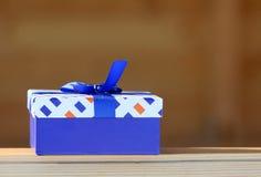 Contenitore di regalo con un arco blu Fotografia Stock Libera da Diritti