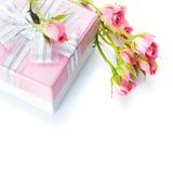 Contenitore di regalo con un arco d'argento e le rose immagini stock libere da diritti