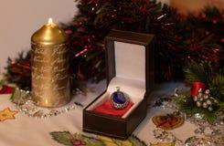 Contenitore di regalo con un gioiello con la decorazione di Natale fotografie stock