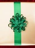 Contenitore di regalo con un nastro verde Fotografia Stock