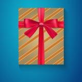 Contenitore di regalo d'annata avvolto con l'arco rosso del nastro, Immagine Stock