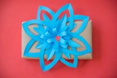 Contenitore di regalo d'annata con la carta blu dell'arco Immagine Stock